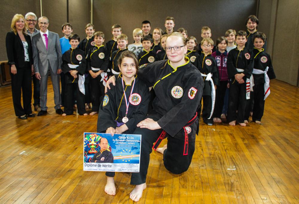 Antonia Sorge (vorne l.) mit Trainerin Juliane Große gewann in Frankreich die Bronzemedaille bei der Qwan Ki Do-Europameisterschaft.